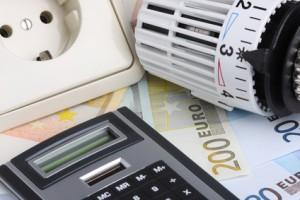 Steckdose, Heizungsgriff und Taschenrechner auf Geld