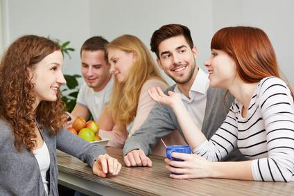 Kollegen machen Pause im Café und reden miteinander