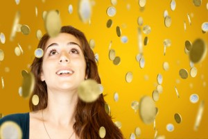 Junge Frau freut sich über Geldregen