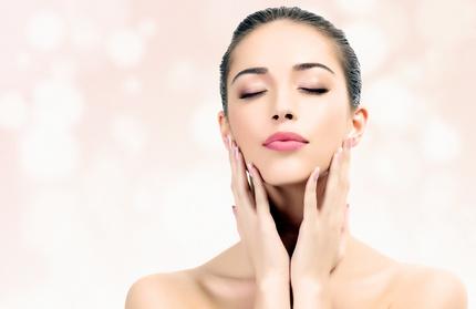 Inhalt des Artikels sind Pflegetipps für die Lippen.