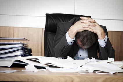 Frustrierter Mann am Arbeitsplatz