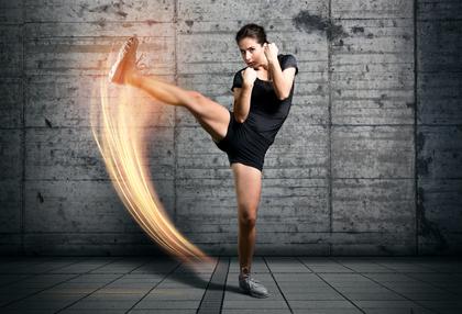 Frau übt Kampfsport aus