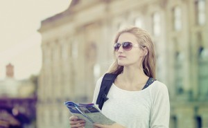 Touristin hält eine Karte