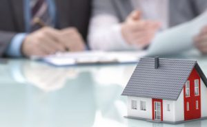 Immobilie fürs Alter: Vermieten oder selbst drin wohnen?